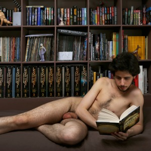 hombre leyendo desnudo